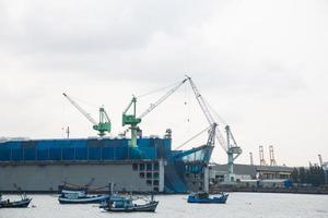 guindastes no porto em bangkok