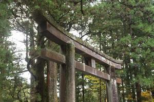 portão de pedra no santuário de toshogu, no japão. foto
