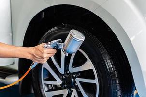 spray revestindo os pneus foto