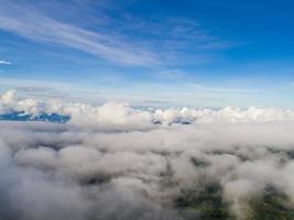 topo da montanha com vista para o vale enevoado foto