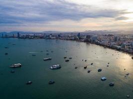 vista aérea da praia de Pattaya enquanto o sol nasce sobre o oceano na Tailândia foto