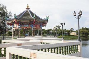 pavilhão de estilo chinês perto da lagoa na Tailândia