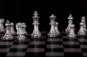 xadrez de prata definido no fundo do tabuleiro