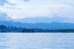 casa flutuante no rio na tailândia