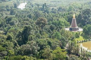 grande pagode no meio da selva