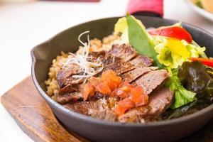 arroz frito com carne, comida tailandesa foto
