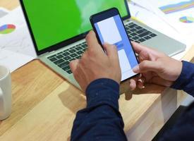 pessoa mandando mensagem de texto em uma maquete de escritório foto