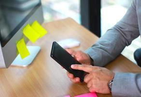 empresário usando maquete de smartphone foto