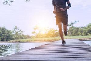 homem correndo em uma ponte de madeira foto