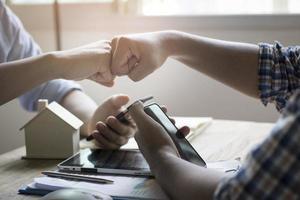 dois empresários batendo os dedos