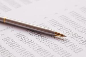 números bancários financeiros com caneta prateada foto