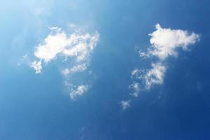 céu azul profundo com nuvens brancas