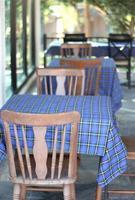 mesas com pano xadrez azul foto