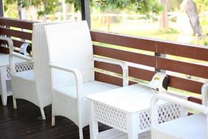 mesa e cadeiras brancas foto