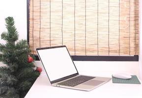 maquete de laptop com árvore de natal foto