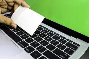 cartão de visita e modelo de laptop foto