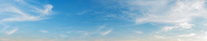 céu com nuvens em um dia ensolarado foto