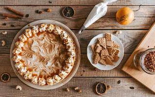 bolo de abóbora decorado na mesa de madeira