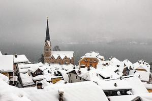 cidade idílica em hallstatt, áustria foto