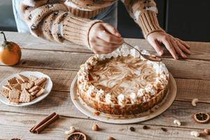decoração de bolo com molho de caramelo foto