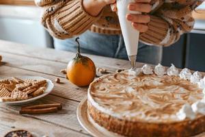 processo de decoração de bolo