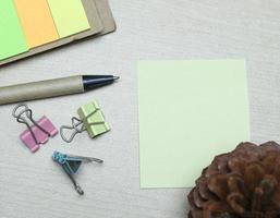 nota adesiva na mesa foto