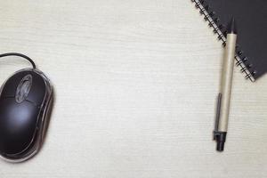 mouse com caderno e caneta foto