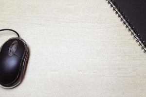 mouse e notebook na mesa foto