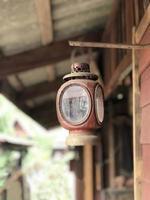 lâmpada velha na parede foto