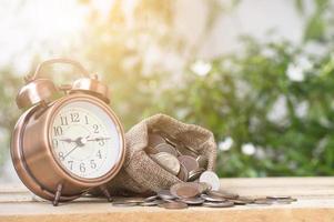 despertador com muitas moedas foto