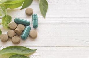 comprimido marrom e cápsulas de pílula