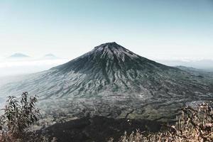belo pico da montanha sob o céu azul foto