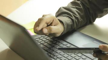compras profissionais em um laptop