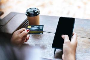 pagamento de mercadorias por cartão de crédito via smartphone foto