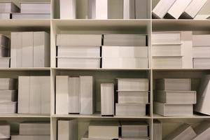 livros brancos no fundo da estante