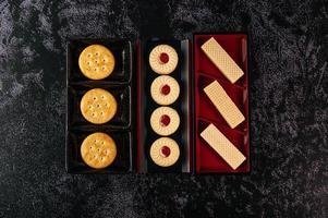 biscoitos lindamente dispostos em um prato foto
