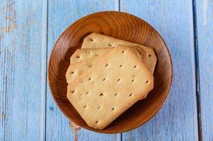 biscoitos em uma tigela de madeira foto