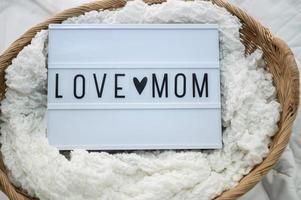 cesto de madeira com tecido e placa da mãe do amor