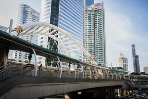 imagem de arranha-céus com a ponte e o céu foto