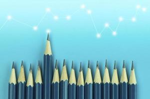 lápis em fundo azul foto