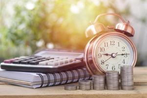 pilhas de moedas e despertador