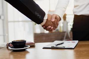 conceito de parceiro de negócios, empresários apertam as mãos