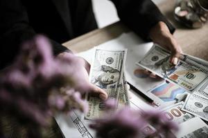 empresário calcula o crescimento financeiro e o investimento