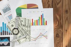 gráfico de negócios plano em um fundo de madeira