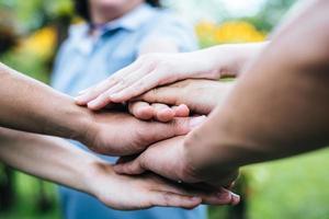 close-up de uma equipe de alunos com as mãos juntas foto