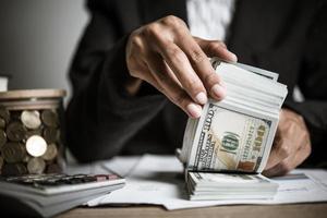 mãos de empresária segurando dinheiro