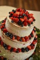 morangos com mirtilos em um bolo foto
