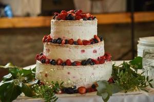 bolo branco com frutas vermelhas foto