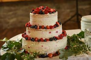 bolo de frutas vermelhas em camadas foto