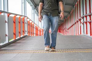close-up de um homem caminhando